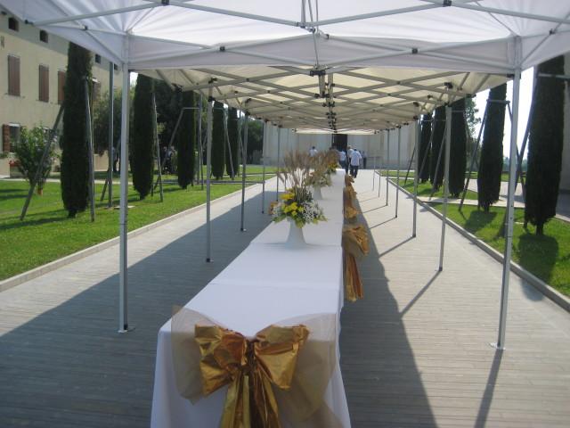 La tavolata che alla fine della Cerimonia accoglierà attorno a se tutte le persone venute per festeggiare Don Giuseppe